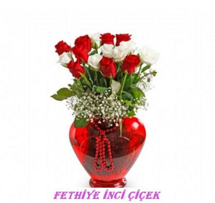 Kalpli Vazoda Kırmızı Beyaz Gül